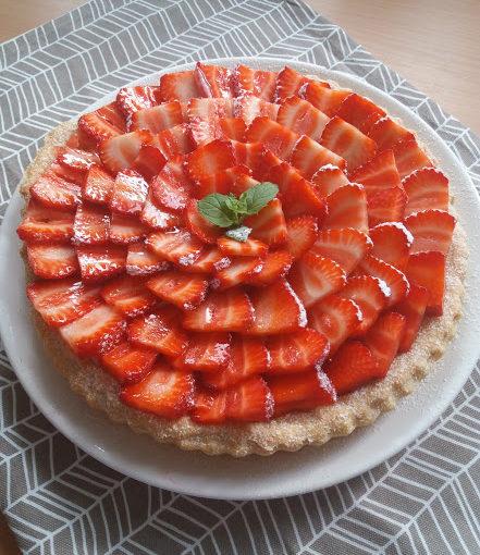 Křehký jahodový koláč svanilkovým pudinkem